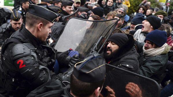 Des manifestants et la police (archives) - Sputnik France