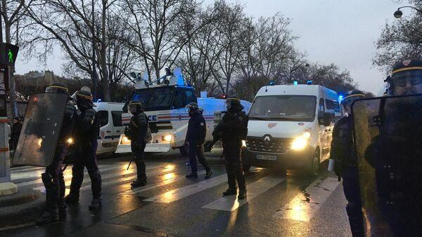 La police utilise des canons à eau contre les Gilets jaunes près des Invalides - Sputnik France