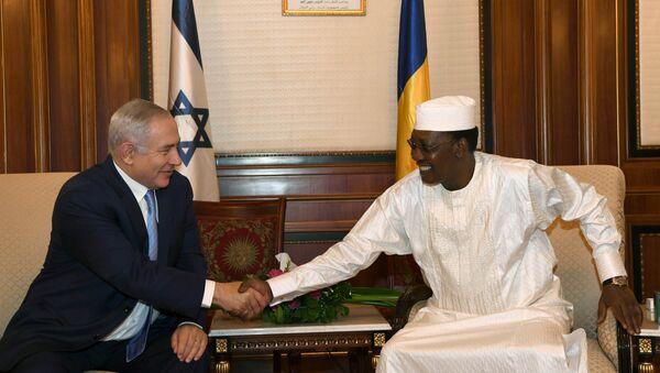Israeli Prime Minister Benjamin Netanyahu shakes hands with Chad's President Idriss Deby, during their meeting in N'Djamena, Chad - Sputnik France