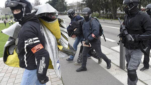 Riot police officers arrest a protester during an anti-government demonstration called by the Yellow Vests Gilets Jaunes movement in Nantes, western France - Sputnik France