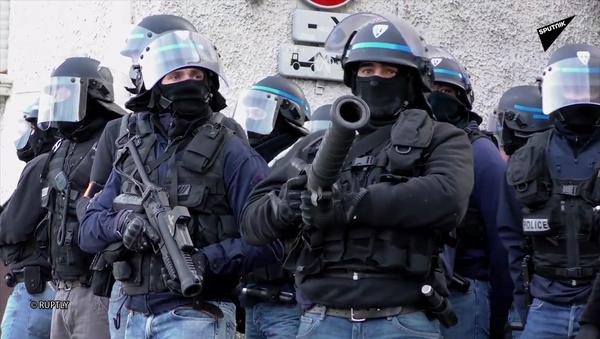 Policiers armés de LBD - Sputnik France