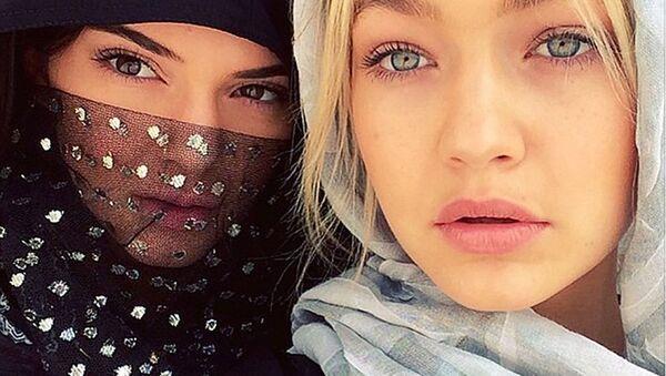 Des célébrités essaient le hijab - Sputnik France