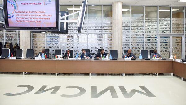 Représentants de la République démocratique du Congo (RDC) et de la Centrafrique (droite) lors de la signature du Protocole de compréhension mutuelle et de coopération entre l'Université nationale technologique de recherches MISIS et 20 pays africains - Sputnik France