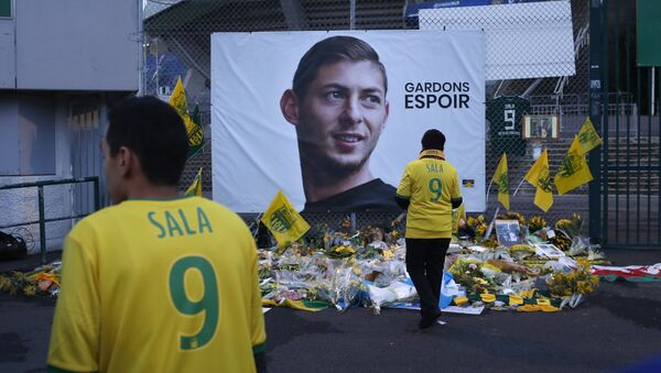 Nantes soccer team supporters stand by a poster of Argentinian player Emiliano Sala and reading Let's keep hope outside La Beaujoire stadium before the French soccer League One match Nantes against Saint-Etienne, in Nantes, western France, Wednesday, Jan.30, 2019 - Sputnik France
