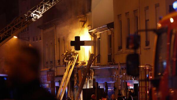 Des pompiers luttent contre un incendie provoqué par une explosion dans un immeuble de Lyon (9 fevrier 2019) - Sputnik France