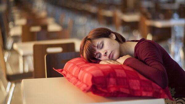 Une femme endormie - Sputnik France