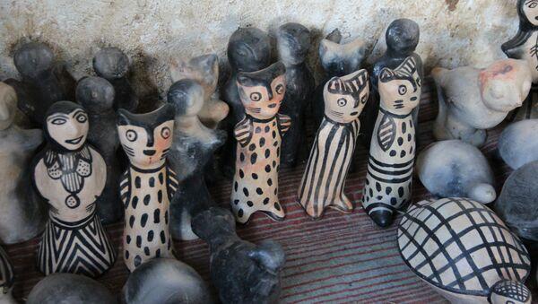 Poupées, figurines animalières ou ustensiles de cuisine, leurs poteries sont ornées de symboles berbères et figurent, depuis peu, au patrimoine immatériel de l'Unesco - Sputnik France