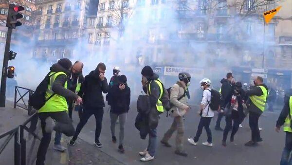 Les CRS emploient du gaz lacrymogène contre des Gilets jaunes à Paris - Sputnik France