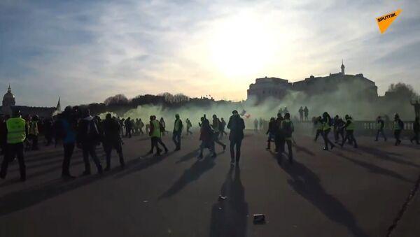 Les forces de l'ordre emploient du gaz lacrymogène contre des Gilets jaunes à Paris lors de l'acte 14 - Sputnik France