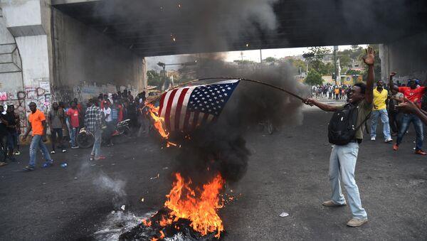 Des manifestants haïtiens brûlent un drapeau américain et appellent à l'aide la Russie - Sputnik France