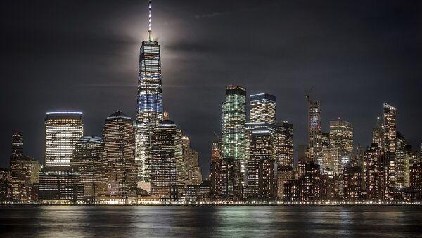 Полная луна освещает небо за Всемирным торговым центром в Нью-Йорке, США - Sputnik France