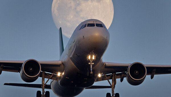 Un avion sur fond de super Lune - Sputnik France