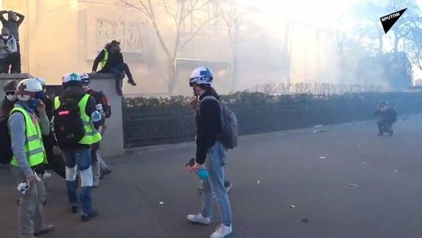 La police a fait usage de gaz lacrymogène contre les Gilets jaunes lors de l'acte 15 - Sputnik France