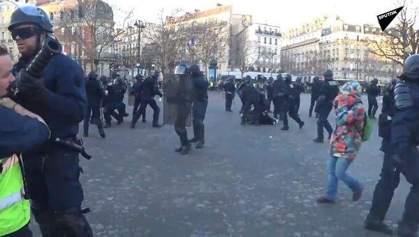 Un individu brutalement interpellé lors de l'acte 15 des Gilets jaunes - Sputnik France