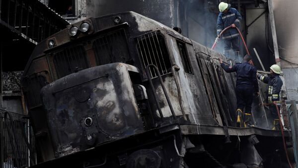 Rescue workers put out a fire at the main train station in Cairo, Egypt, February 27, 2019 - Sputnik France