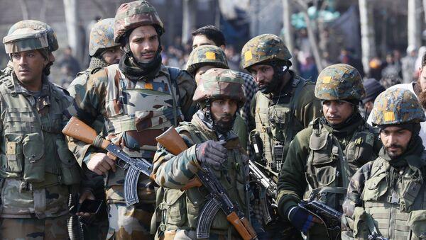 Военнослужащие на месте падения вертолета индийских ВВС на окраине Сринагара, Кашмир - Sputnik France