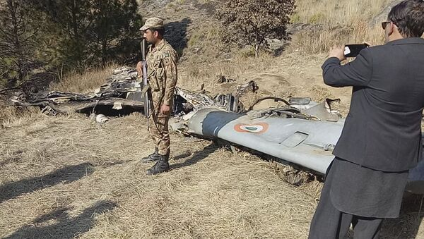 A Pakistani soldier stands guard near the wreckage of an Indian plane shot down by the Pakistan military on Wednesday, in Hurran, near the Line of Control in Pakistani Kashmir, Thursday, Feb. 28, 2019. - Sputnik France