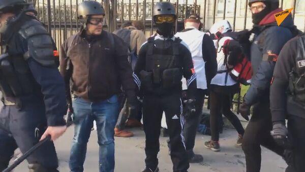 Une personne blessée à Paris lors de l'acte 16 des Gilets jaunes - Sputnik France
