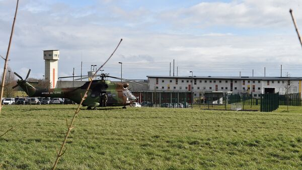 Un hélicoptère militaire devant le centre pénitentiaire de Condé-sur-Sarthe - Sputnik France