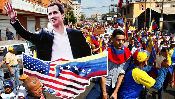 Opposition supporters carrying a cardboard cut-out of Venezuelan opposition leader Juan Guaido take part in a rally against Venezuelan President Nicolas Maduro's government and to commemorate the Day of the Youth in Maracaibo, Venezuela February 12, 2019. - Sputnik France