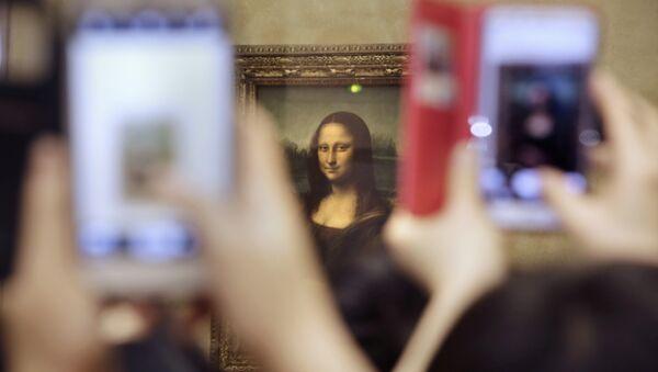Tourists take pictures for Leonard de Vinci's La Joconde painting, Mona Lisa, at the Louvre museum in Paris, France, Thursday, Nov.19, 2015 - Sputnik France