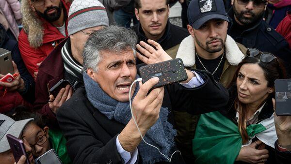 Algerian businessman and political activist Rachid Nekkaz (C) argues with Algerians in front of the Geneva University Hospitals (HUG) buildings in Geneva on March 8, 2019 - Sputnik France