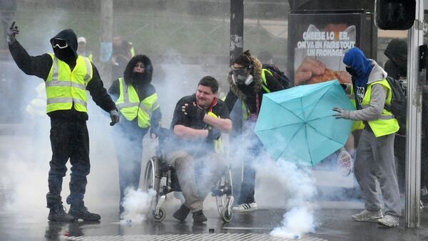 Protesters wearing a Yellow vests (Gilets Jaunes) stand amid smoke during a protest on March 9, 2019 in Quimper, western France. - Sputnik France