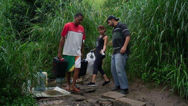 Des habitants de Caracas s'approvisionnent en eau - Sputnik France