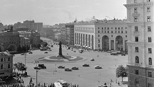 La place Dzerjinski (aujourd'hui Loubianka) et le magasin Detski Mir à Moscou en 1966 - Sputnik France