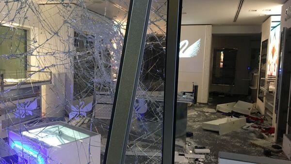 Les dégâts sur les Champs-Élysées après l'acte 18 - Sputnik France
