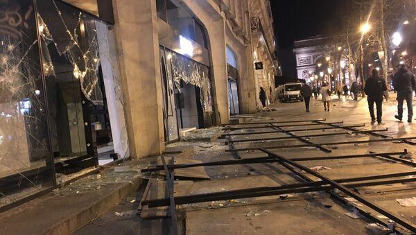 Dégâts sur les Champs-Élysées après l'acte 18 - Sputnik France