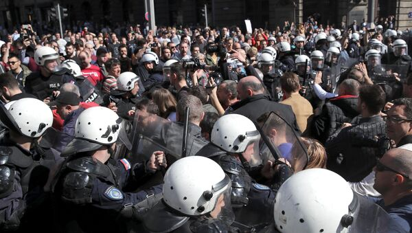 Demonstrators face-off with riot police at a protest against Serbian President Aleksandar Vucic and his government in front of the presidential building in Belgrade, Serbia, March 17, 2019. - Sputnik France