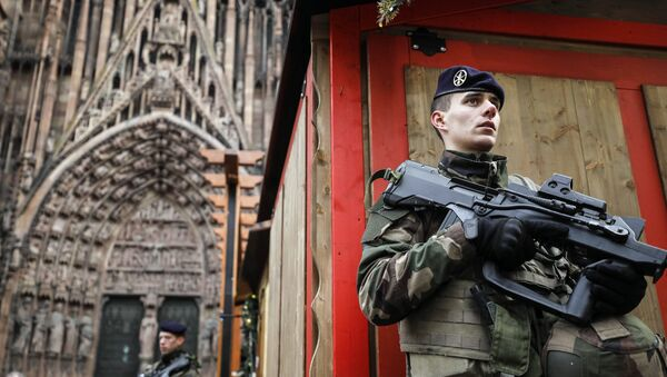 French soldier of France's anti-terror 'Vigipirate' plan, dubbed 'Operation Sentinelle' patrols next to Notre-Dame cathedral of Strasbourg, seen in background, following a shooting in the city of Strasbourg, eastern France, Wednesday, Dec. 12, 2018. - Sputnik France