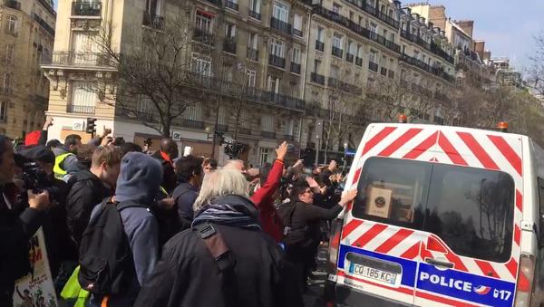 À Denfert-Rochereau (Paris), des Gilets jaunes conspuent les forces de l'ordre et les poussent à quitter les lieux - Sputnik France