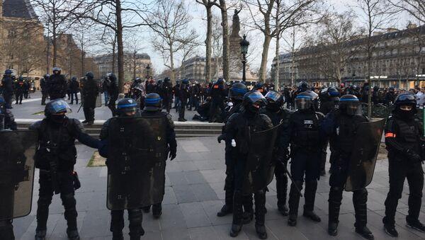 Un policier à terre place de la République, un pompier lui prodigue un massage cardiaque - Sputnik France