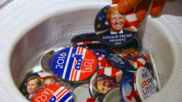 A guest at an event called the U.S. Presidential Election Watch, organised by the U.S. Consulate, reaches for a badge from out of a hat displaying photographs of Republican candidate Donald Trump and Democratic candidate Hillary Clinton, in Sydney, Australia - Sputnik France