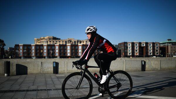Un homme à vélo - Sputnik France