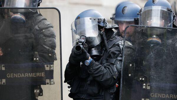 Un gendarme avec un LBD, image d'illustration - Sputnik France