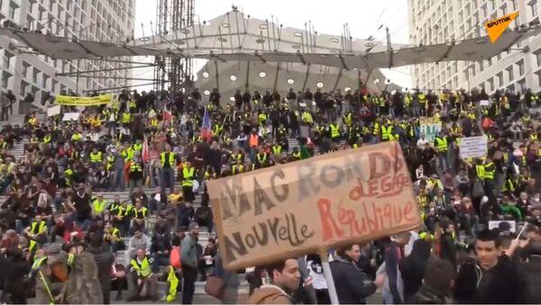 Le cortège des Gilets jaunes à Paris atteint la Défense - Sputnik France
