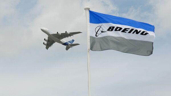 Un Airbus A-380 derrière le drapeau de Boeing  - Sputnik France