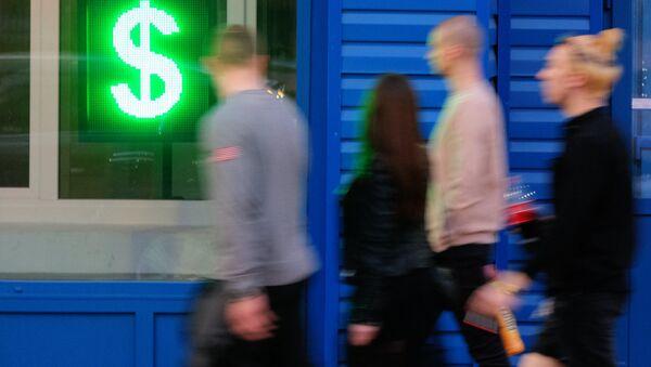 Знак доллара на табло курса обмена валют в витрине операционной кассы в Москве. - Sputnik France