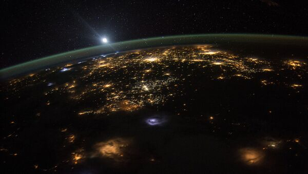 Astronaut Scott Kelly posted this photo taken from the International Space Station to Twitter on August 10, 2015 with the caption, #GoodMorning to those in the western #USA. Looks like there's a lot going on down there. - Sputnik France