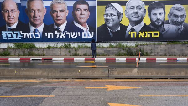 An Ultra-Orthodox Jewish man looks at an elections billboards of the Blue and White party leaders, from left to right, Moshe Yaalon, Benny Gantz, Yair Lapid and Gabi Ashkenazi, alongside a panel on the right showing Prime Minister Benjamin Netanyahu flanked by extreme right politicians, from the left, Itamar Ben Gvir, Bezalel Smotrich and Michael Ben Ari in Bnei Brak, Israel, Saturday, March 16, 2019. Hebrew reads on the left billboard The nation of Israel lives and on the right billboard Kahana Lives in a reference to a banned ultranationalist party in the 1994. - Sputnik France