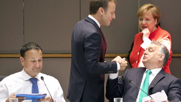 French President Emmanuel Macron, center, greets Hungarian Prime Minister Viktor Orban, right, during a breakfast meeting at an EU summit in Brussels, Friday, June 29, 2018 - Sputnik France
