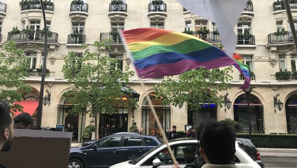 Des associations manifestent devant le Plaza Athénée - Sputnik France