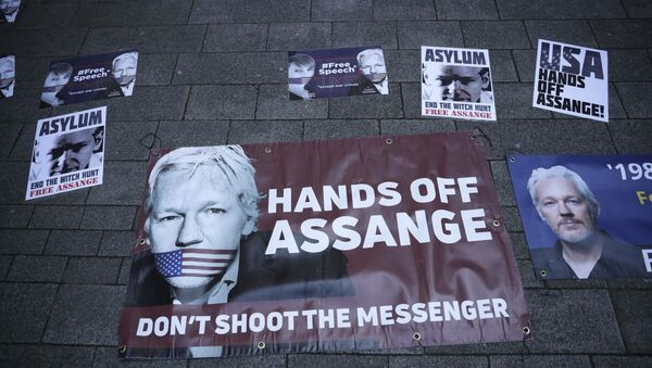 Banners in support of WikiLeaks founder Julian Assange are displayed outside Westminster magistrates court where he was appearing in London, Thursday, April 11, 2019. - Sputnik France