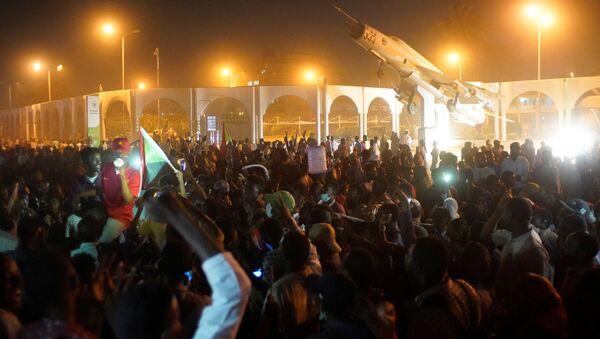 Demonstrators attend a protest rally demanding Sudanese President Omar Al-Bashir to step down outside Defence Ministry in Khartoum, Sudan April 10, 2019. - Sputnik France