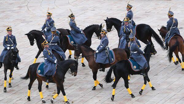 Parade des escortes à pied et à cheval du Régiment présidentiel russe - Sputnik France