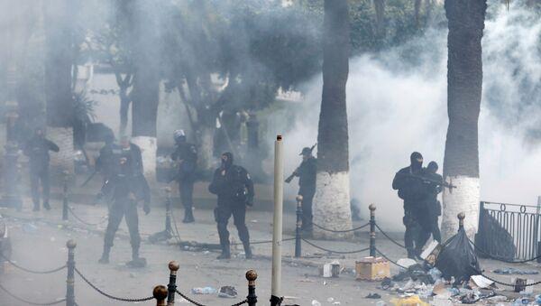 La police fait usage de gaz lacrymogènes à Alger (12 avril 2019) - Sputnik France