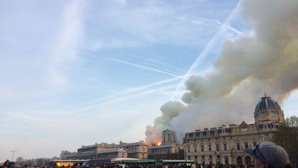 La cathédrale de Notre-Dame de Paris en proie aux flammes - Sputnik France